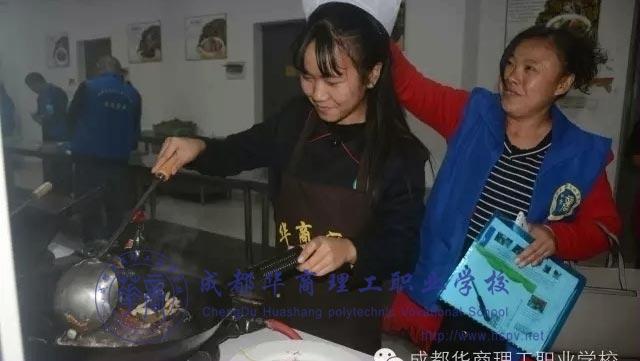 厨师厨师学子为父母精心准备可口的饭菜。